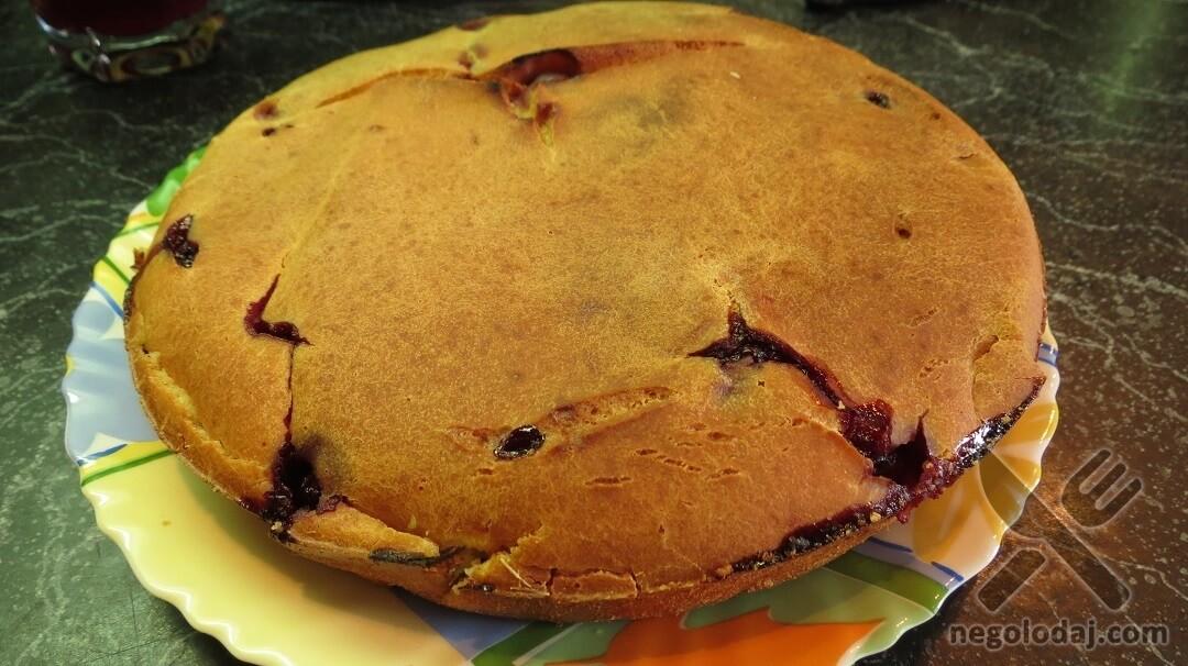 Готовый пирог с вишней и ревенем