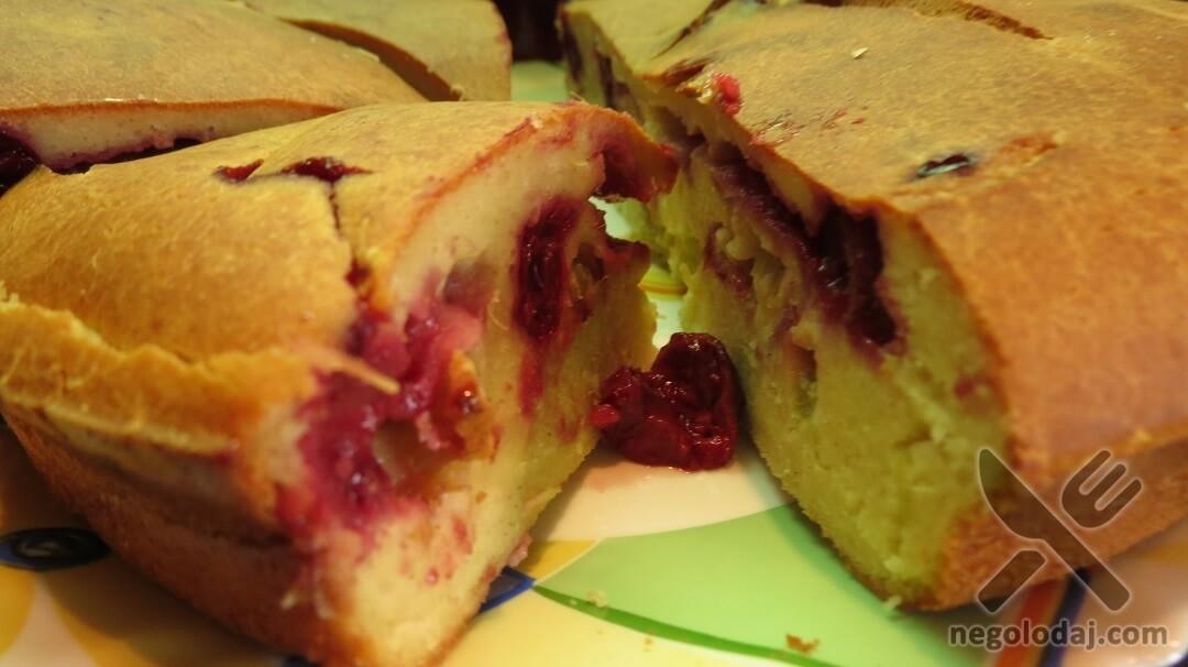 Кусок пирога с вишней и ревенем