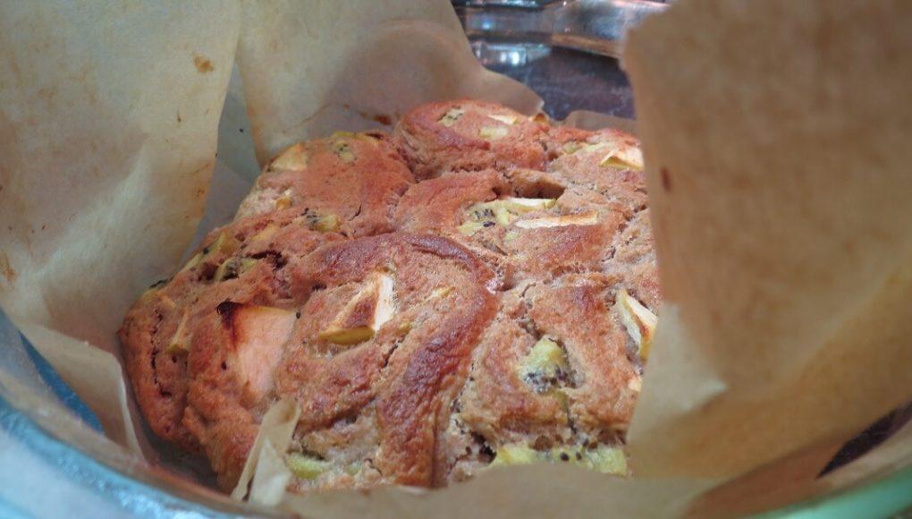 Готовые булочки с киви и яблоком