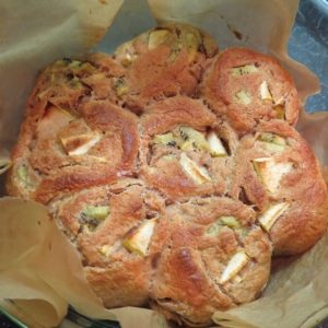 Готовые булочки с яблоком и киви