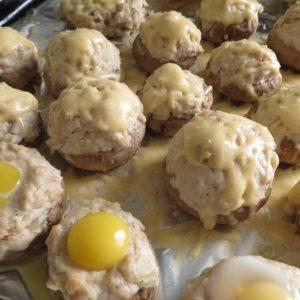 Готовые грибы с фаршем и перепелиными яйцами