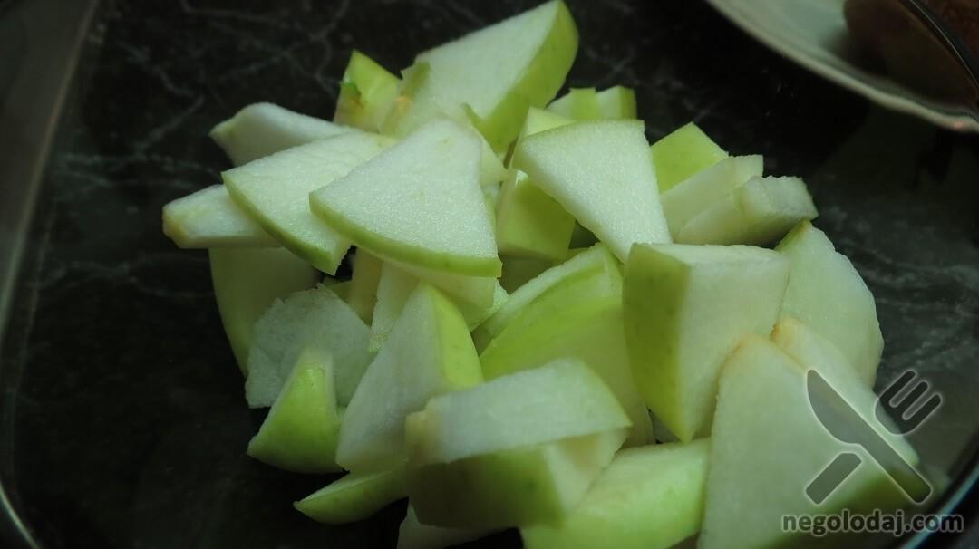 Нарезанные яблоки для булочек