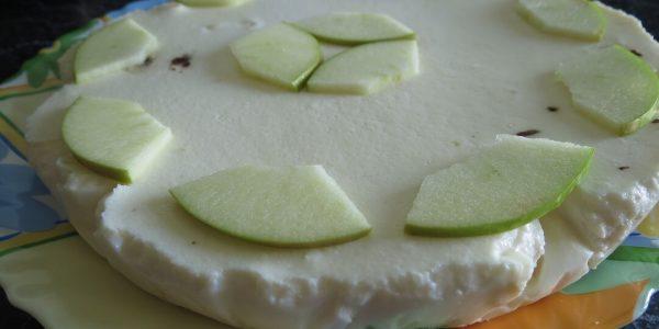 Украшенный чизкейк яблоками