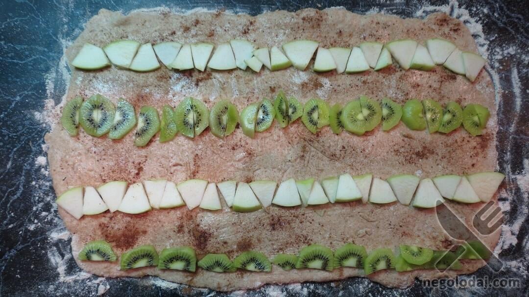 Выкладка начинки для булочек с киви и яблоком