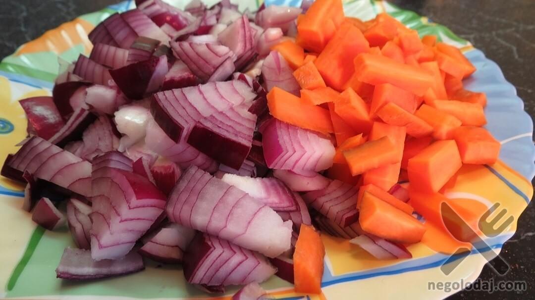 Порезанный лук и морковь