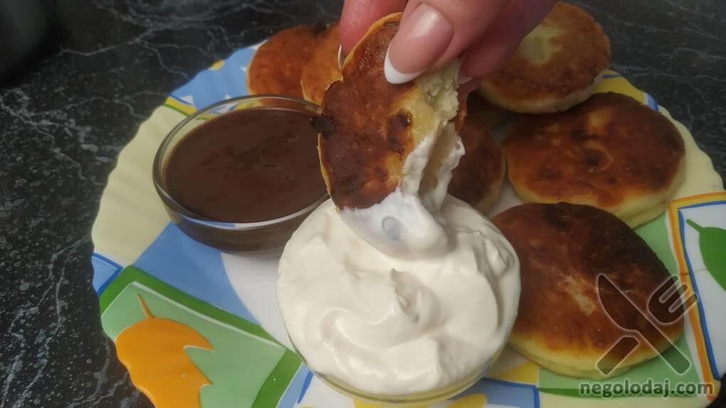 Макаем сырники в соус и наслаждаемся