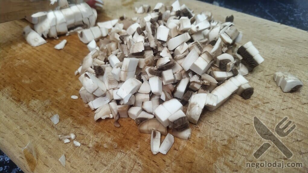 Нарезаем небольшими кубиками грибы