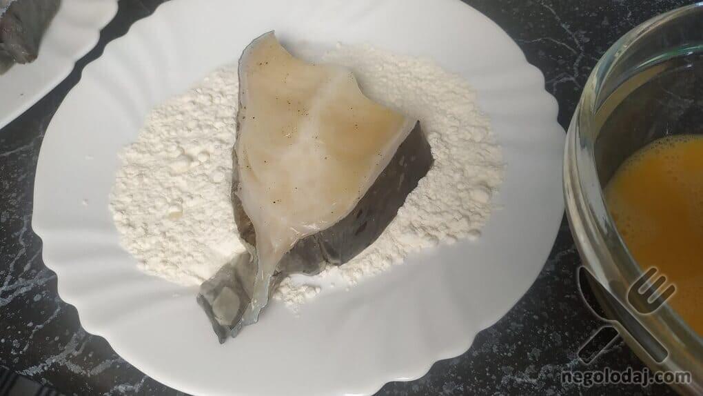 Обваливаем рыбу в муке