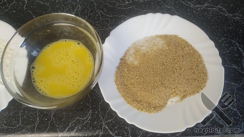 Подготавливаем яйцо и сухари