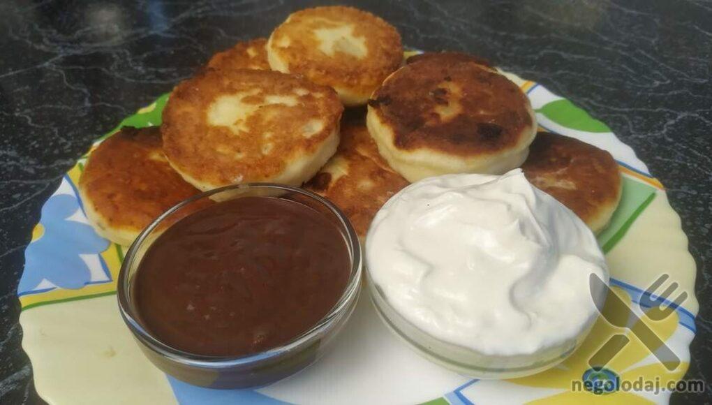 Сырники со сметаной и шоколадным соусом