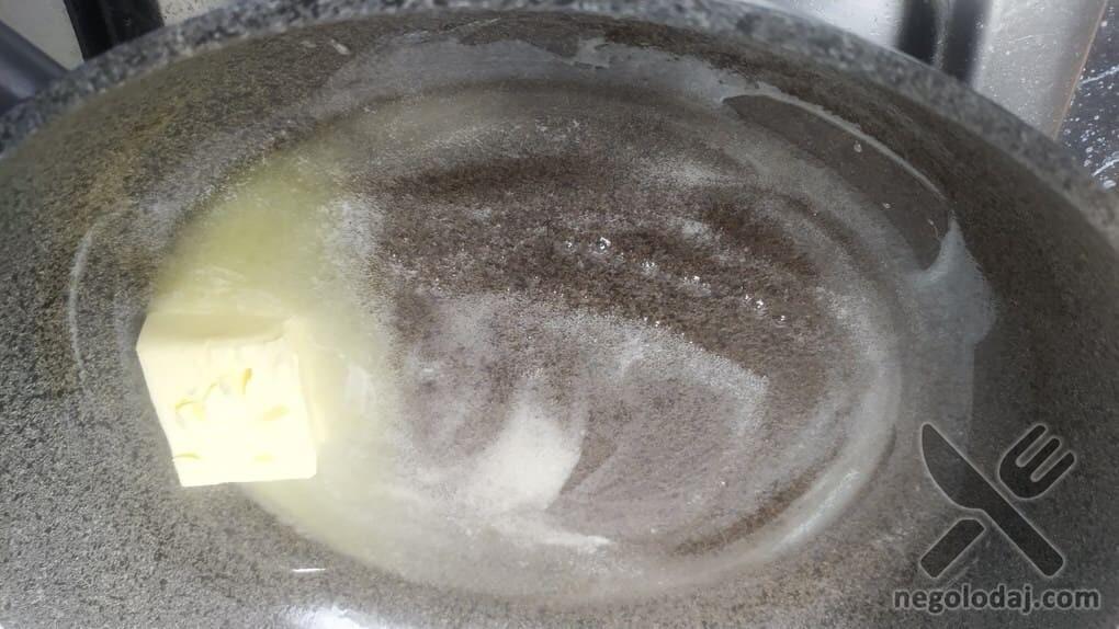 Топим масло на сковороде