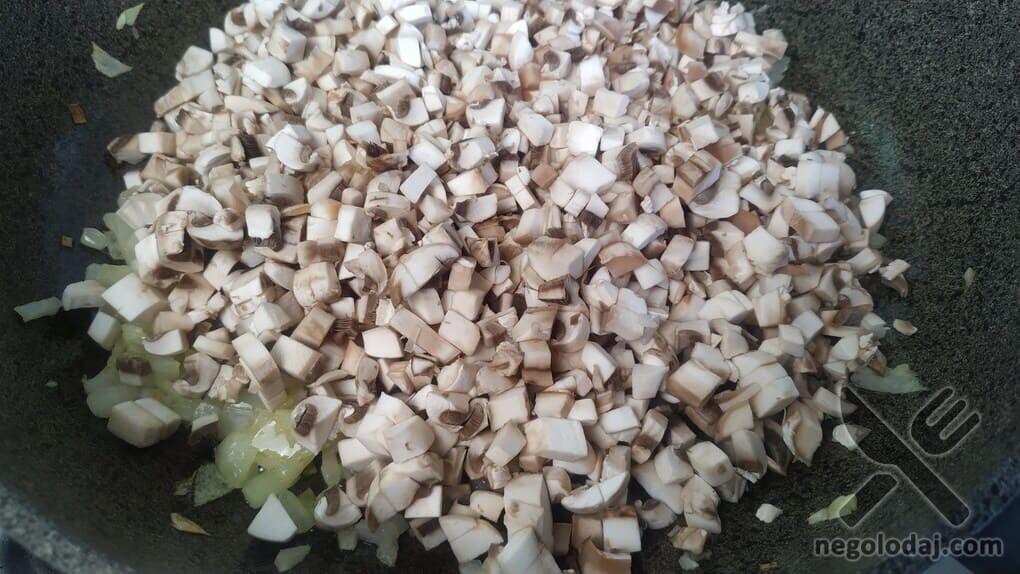 Выгладываем грибы на сковородку