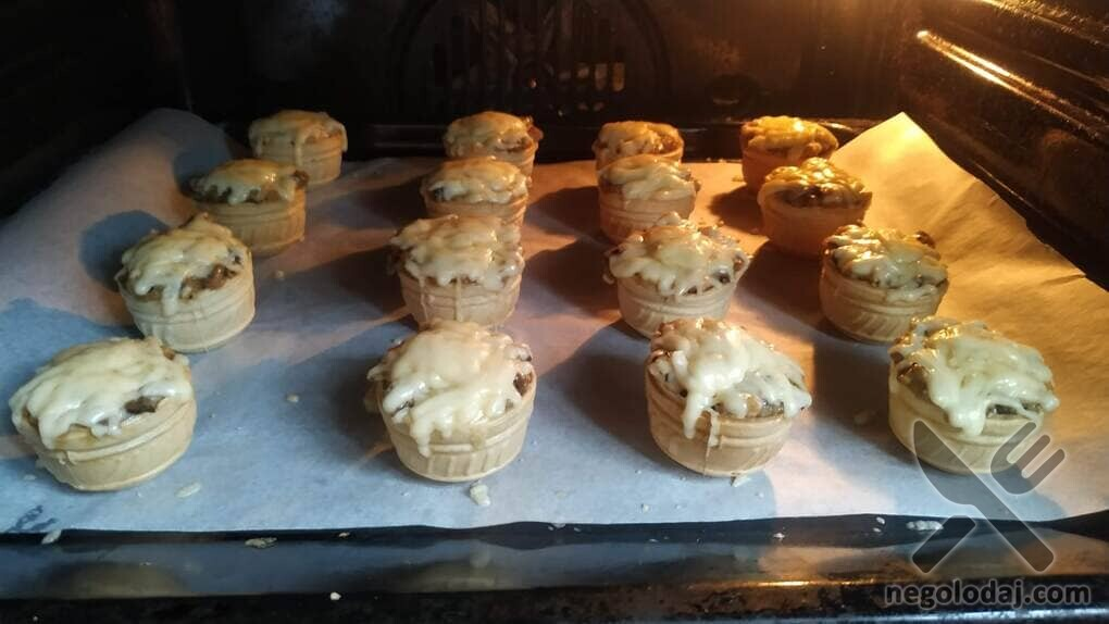 Жульен в тарталетках с грибами и сыром в духовке