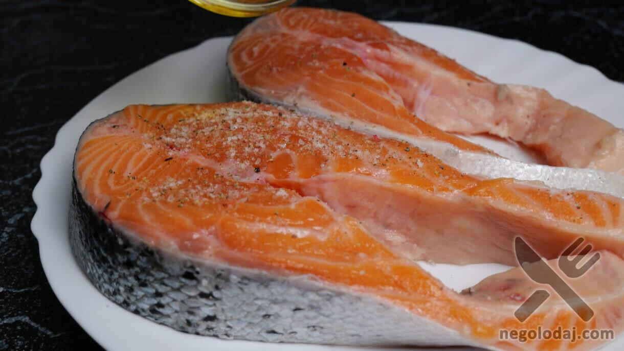 Соль и перец на стейке