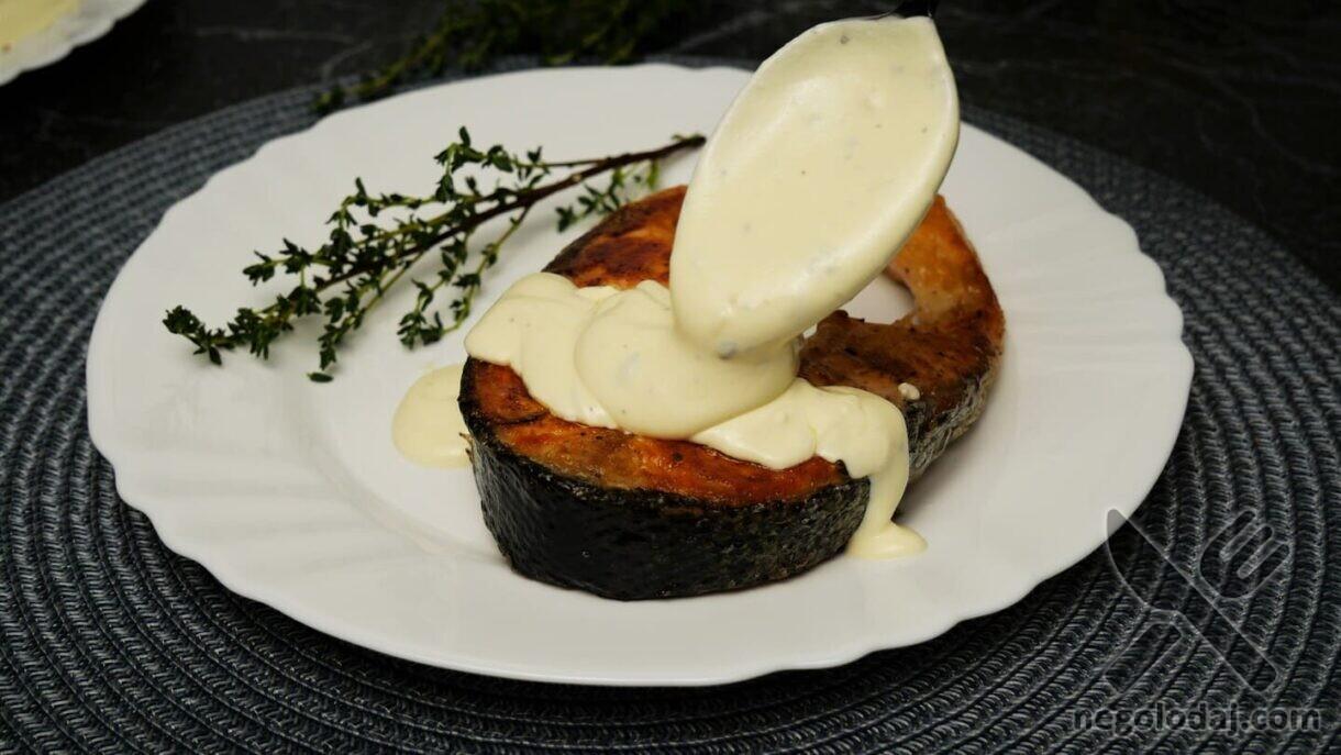 Стейк из лосося под сливочным соусом