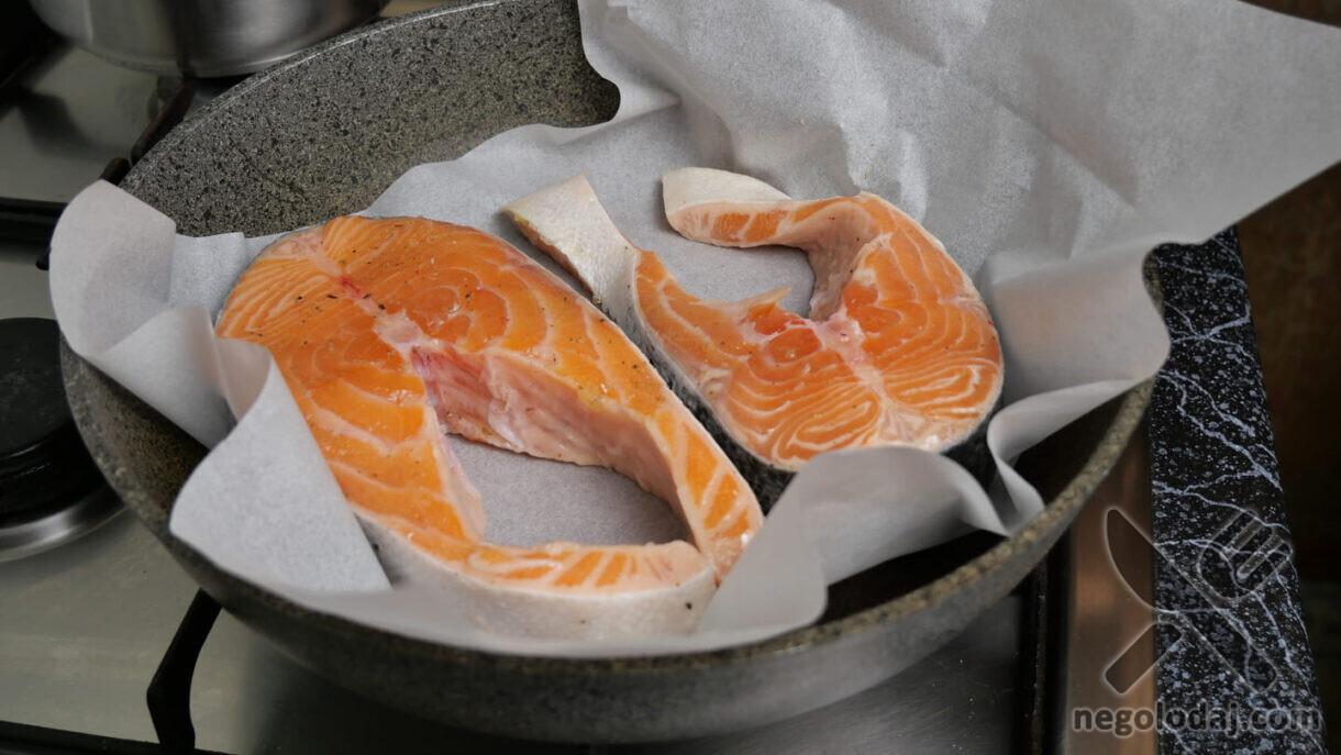 Выкладываем лосось на сковороду