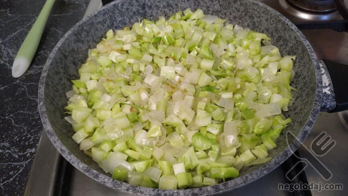 Обжариваем брокколи с луком