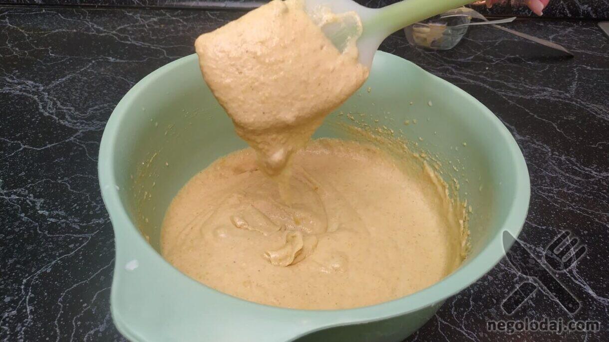 Перемешиваем тесто с изюмом