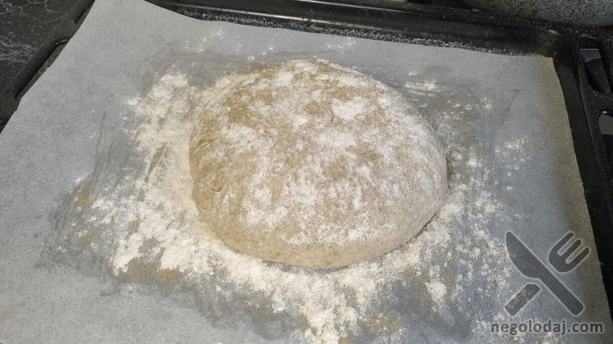 Выкладываем тесто, формируя буханку, присыпаем мукой